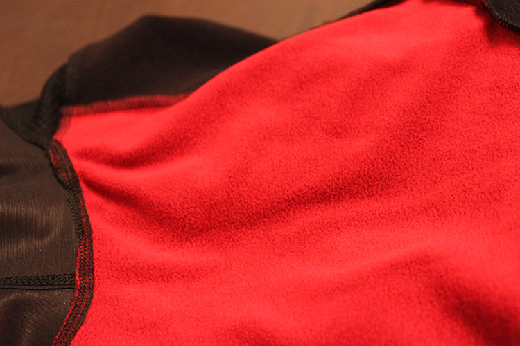 Le tissu polaire Thermoflex maintient les genoux au chaud