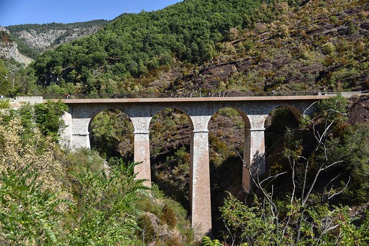Passage sur un pont pendant la première étape de la Haute Route