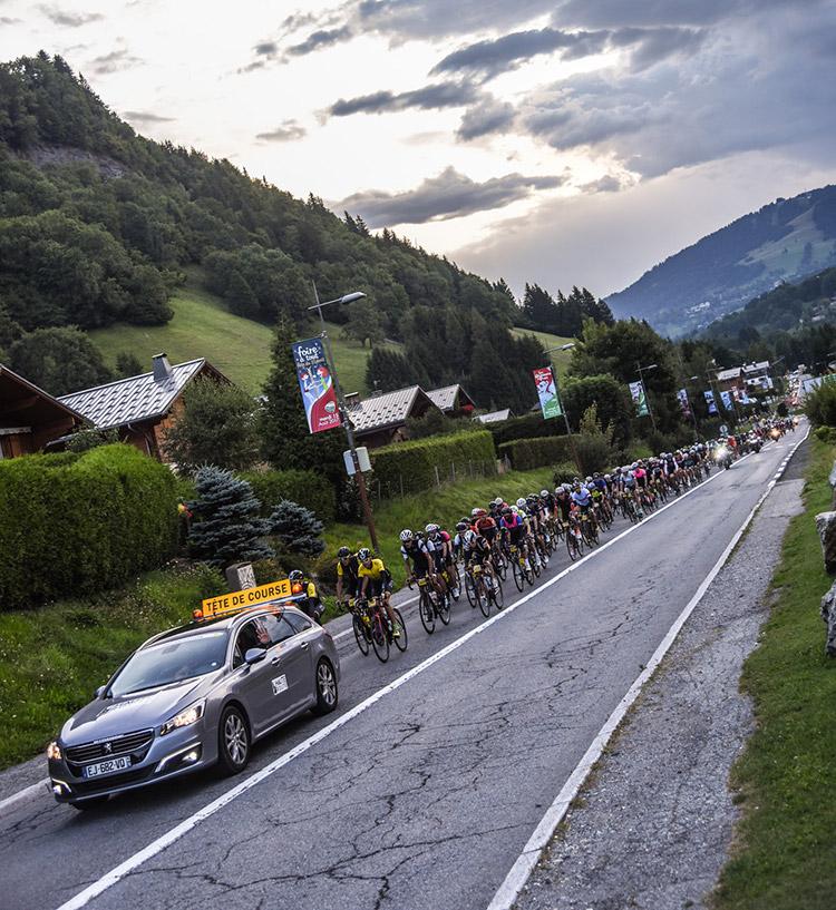 Le départ de la 6ème étape de la Haute Route Alpes sous un ciel menaçant...