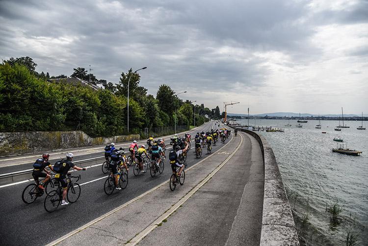 Le peloton de la Haute Route à l'entrée de Genève