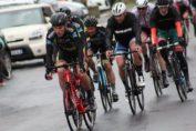 Le peloton de la course de Gommegnies sous le déluge